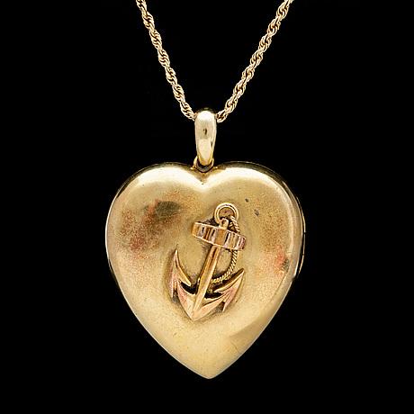 A godl heart pendant, c. 1900.