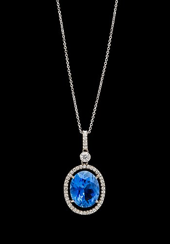 A blue sapphire, 4.70 ct and brilliant cut diamond pendant, tot. app. 0.60 cts