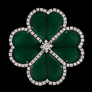 12. A green chalcedony and brilliant cut diamond brooch, tot. app. 2 cts.