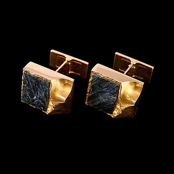 """308. BJÖRN WECKSTRÖM, KALVOSINNAPIT, kultaa 14K ja spektroliittia, """"Antarktis"""",  Lapponia 1976. Paino 15,9 g."""