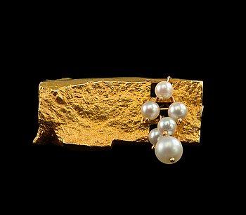 """303. BJÖRN WECKSTRÖM, RINTAKORU, kultaa 14K ja helmiä, """"Valkea terttu"""", Lapponia 1967. Paino 11,9 g."""