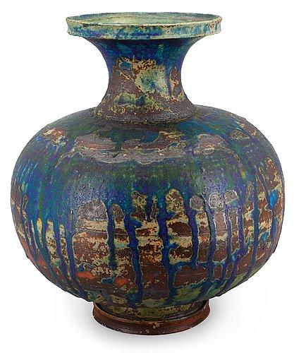 Kyllikki salmenhaara, a ceramic vase.