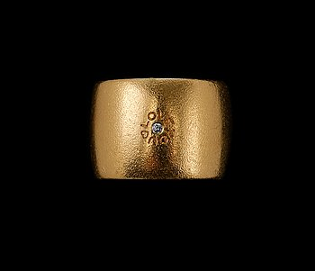 494. Ole Lynggaard, RING, Briljantslipad diamant ca 0.015 ct. 18K guld. Vikt 26,5 g.