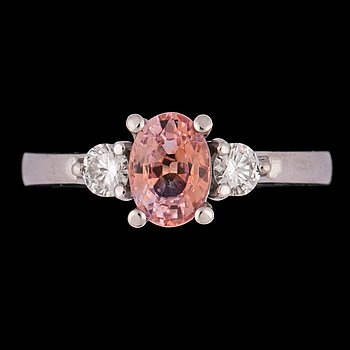 1058. An orangy-pink sapphire and brilliant cut diamond ring, tot. app. 0.20 cts.