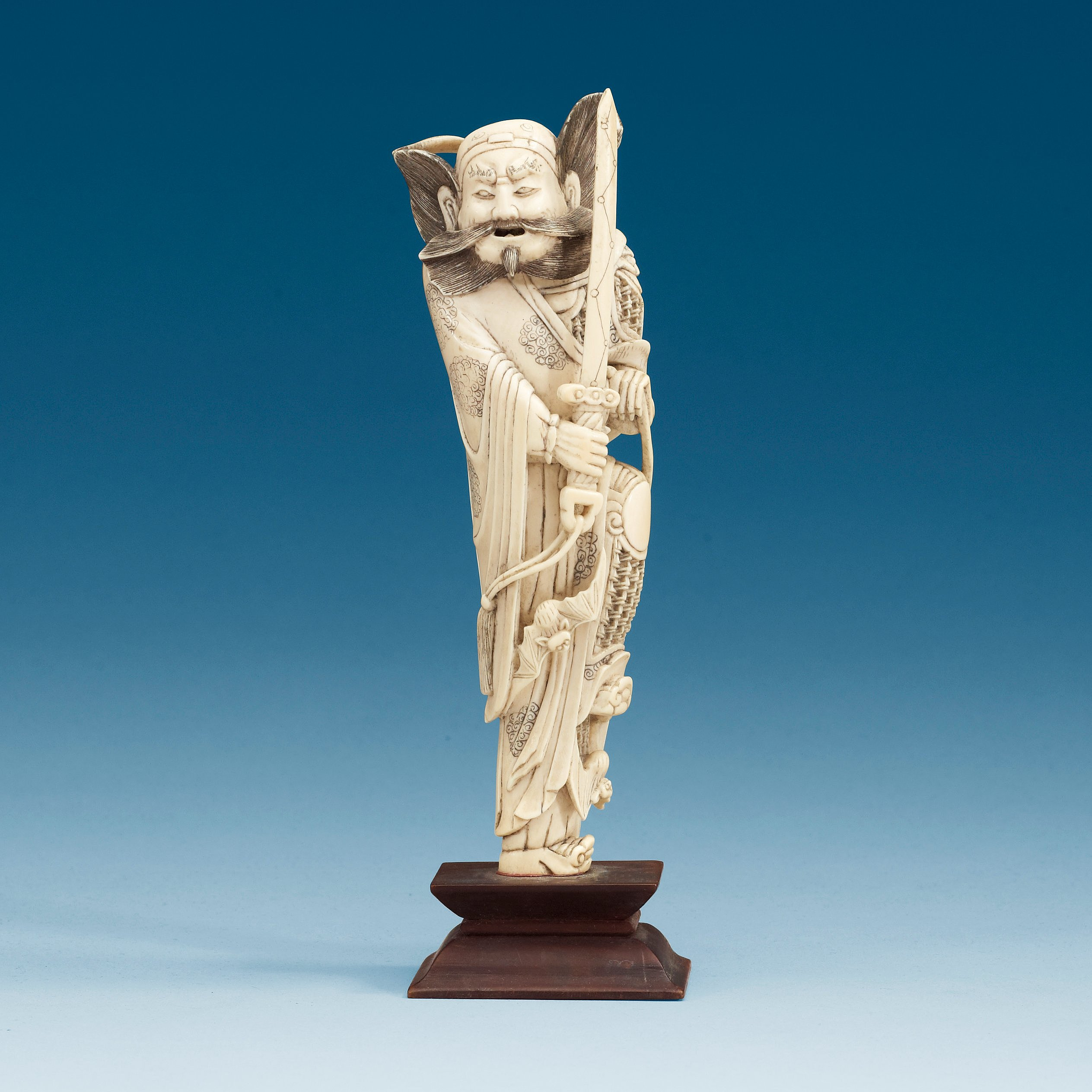 e9d1e56db An carved ivory sculpture of a guardsman