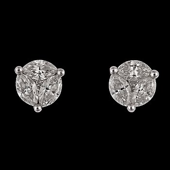 A pair of navette- and brilliant cut diamond earrings, tot. 2.02 cts.