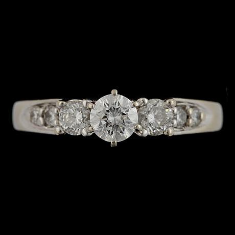 Ring, 14k vitguld med briljantslipade diamanter centrumsten ca0,38ct, övriga tot ca 0,44ct. vikt 4,9g.