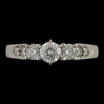 374180. RING, 14k vitguld med briljantslipade diamanter centrumsten ca0,38ct, övriga tot ca 0,44ct. Vikt 4,9g.