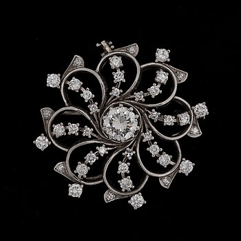 A brilliant cut diamond brooch, app. 1 ct, with brilliant cut diamonds tot. app. 0.90 ct. 18k white gold.