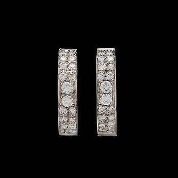 A pair of brilliant cut diamond earrings, tot. app. 1.50 ct. 18k white gold. Quality ca H/VVS-VS.