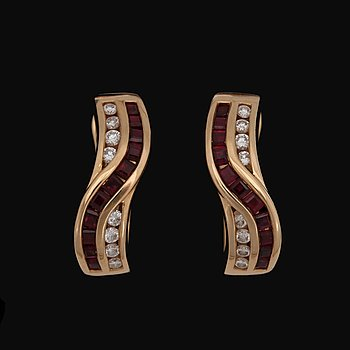 6. A pair of carré cut ruby earrings set with brilliant cut diamonds, tot. app. 0.20 cts.