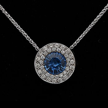 A sapphire pendant, app. 2 cts with brilliant cut diamonds tot. app. 0.60 ct. 18k white gold. Diam. 1.4 cm. Chain l. 40.5 cm.