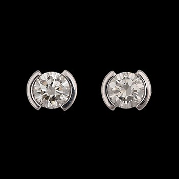 A pair of brilliant cut diamond earrings, tot. app. 1.60 cts. 18k white gold.