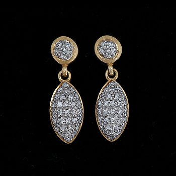 A pair of brilliant cut earrings, tot. app. 0.30 ct. 18k gold. L. 2.2 cm.