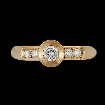 397246. RING, lägst 18k guld med briljantslipade diamanter tot ca0,27ct. Vikt 3,7g.