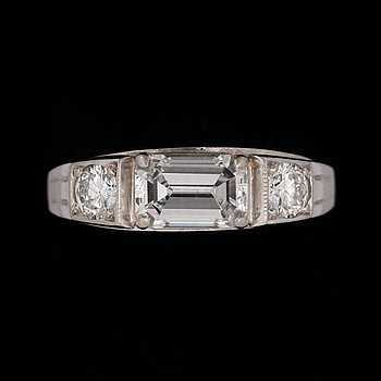 An emerald-cut diamond, 1.45 ct, with brilliant-cut diamonds, total carat weight circa 0.50 g. 18K white gold. Quality circa H/VVS-VS. Size 18.75/58.
