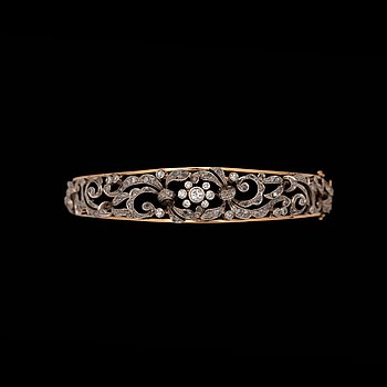 A brilliant- and rose cut diamond bangle. 18k gold. Innner diam. 5.2 x 5.9. Weight 26.4 g.