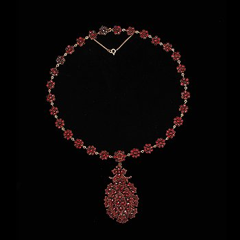 A garnet necklace from the turn of the 19th century. Detachable pendant. Pendant l. 6 cm, necklace l. 41.5 cm.