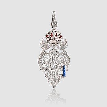 1127. HÄNGE med briljantslipade diamanter, röd emalj samt carréslipade safirer. Ca 1930-tal.