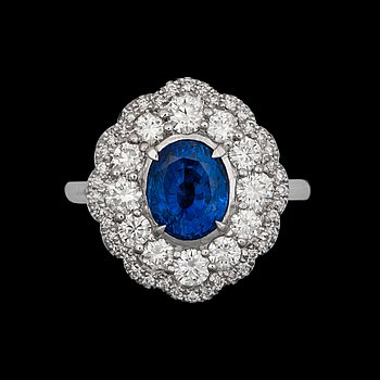 942. RING med obehandlad safir 2.65 ct. med briljantslipade diamanter totalt ca 1.20 ct.