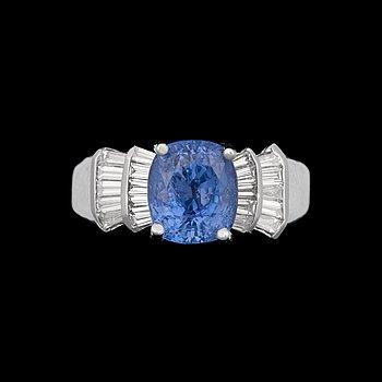 947. RING, kuddslipad färgväxlande safir ca 3.50 ct, med trapetsslipade diamanter tot ca 0.60 ct.
