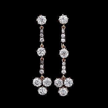 941. ÖRHÄNGEN, briljantslipade diamanter, tot 3.30 ct.