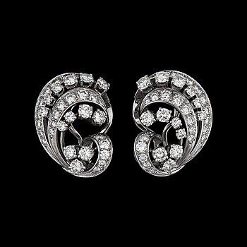 945. ÖRHÄNGEN med briljantslipade diamanter tot. ca 3ct Tillverkade av CF Carlman, Stockholm 1978.