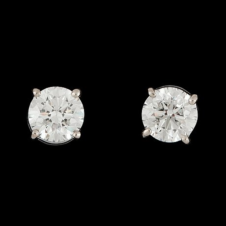 A pair of brilliant-cut diamond earstuds. 1.00 ct and 1.01 cts.