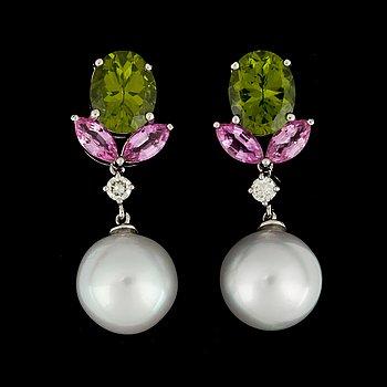 2. ÖRHÄNGEN med odlade Söderhavspärlor (South sea) 12 mm, peridoter, briljantslipade diamanter samt rosa safirer.