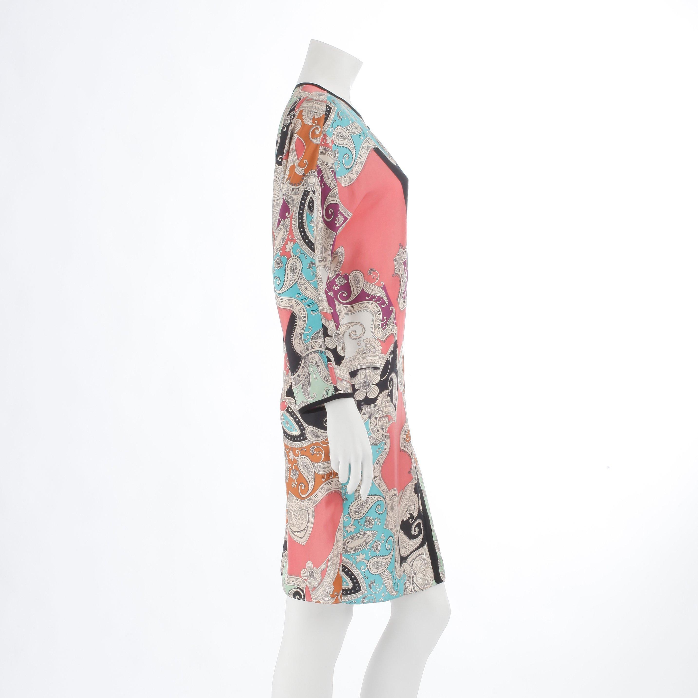90bff4764807 Flerfärgad mönstrad siden i bl a rosa, turkost, grönt och brunt med svarta  sidenbandskanter. Etikettmärkt