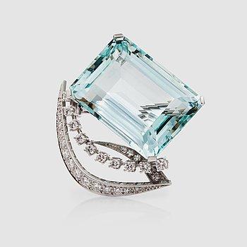 1131. BROSCH med trappslipad akvamarin ca 31.00 ct samt diamanter totalt ca 0.60 cts.
