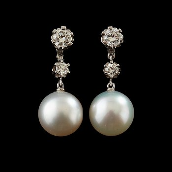 15. A pair of pearl and diamond earring.