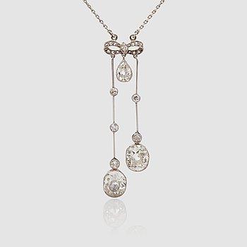 1125. HALSBAND med två kläppar med ovala gammalslipade diamanter, totalt ca 4.00 ct, hängandes från rosett. Tidigt 1900-tal.
