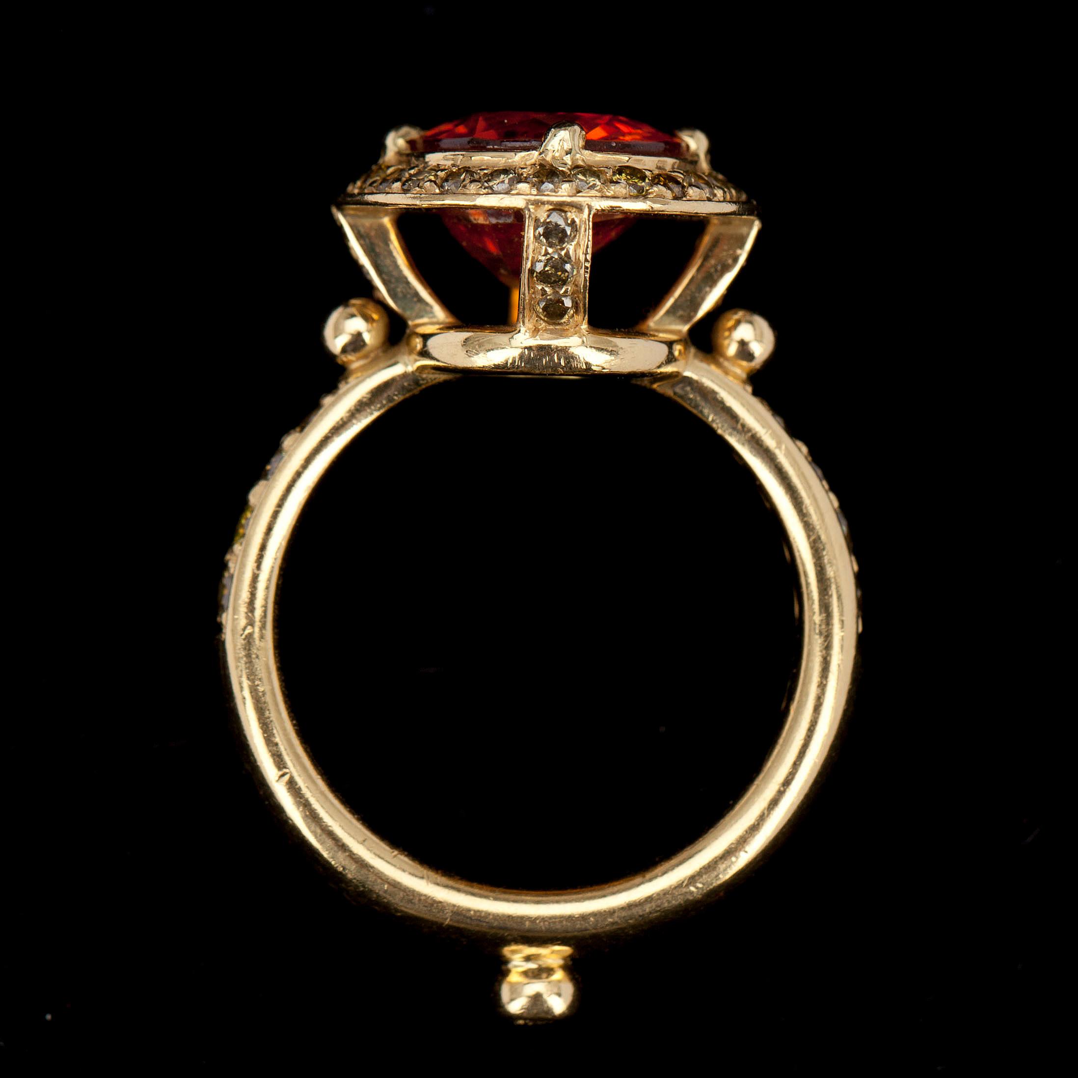 RING, 18K guld, granat ca 5 ct, gröna och bruna diamanter
