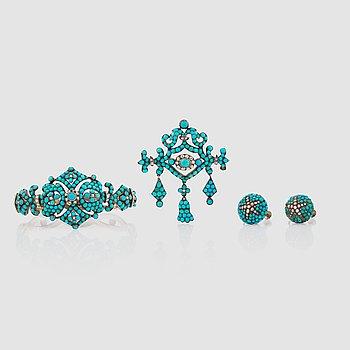 1431. SMYCKEGARNITYR, 4 delar innehållande brosch, armband samt örhängen med turkoser och pärlor. Ostämplade. 1800-tal.