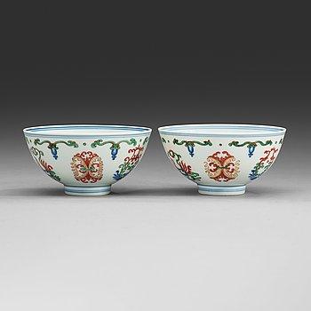 290. A pair of wucai bowls, Republic (1912-49) with Yongzhengs six character mark.