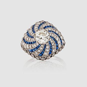 1129. RING med gammalslipad diamant ca 1.00 ct, mindre gammalslipade diamanter samt carréslipade safirer.