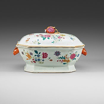 208. A famille rose tureen with cover, Qing dynasty, Qianlong (1736-1795).
