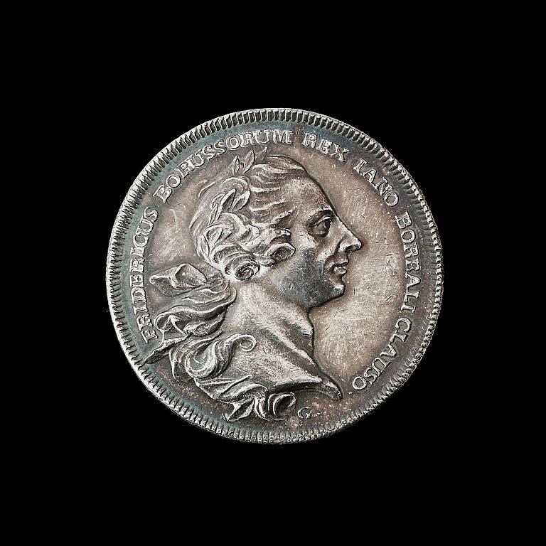 MEDALJ. Fred mellan Sverige och Preussen avslutad i Hamburg 1762. Utförd av N. Georgii i Berlin. Silver 3,4 cm 15,3 g.