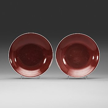8. A pair of 'sang de boef' glazed plates, Qing dynasty (1644-1912) with Qianlongs sealmark.