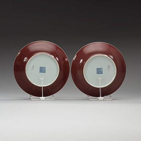 A pair of 'sang de boef' glazed plates, qing dynasty (1644-1912) with qianlongs sealmark.