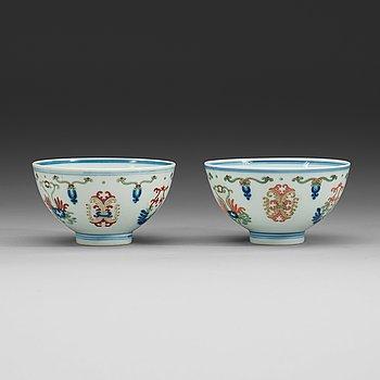15. SKÅLAR, två stycken, porslin. Qing dynastin, med Yongzhengs sex karaktäreras märke respektive Daoguangs sigillmärke.