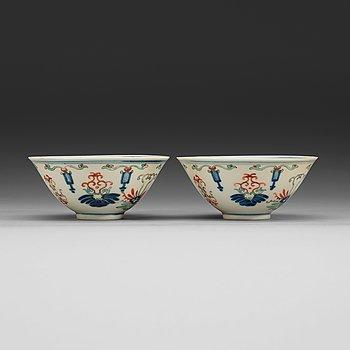 16. SKÅLAR, två stycken, porslin. Qing dynastin (1644-1912), med Yongzhengs sex karaktärers märke.