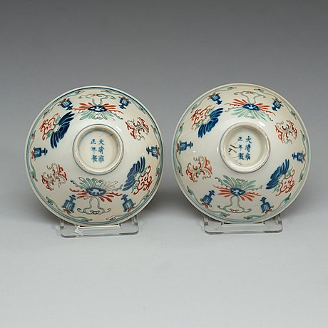 Two wucai bowls, qing dynasty (1644-1912) with yongzhengs six charcter mark.
