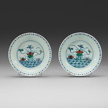 10. SKÅLFAT, ett par, porslin. Qing dynastin (1644-1912).
