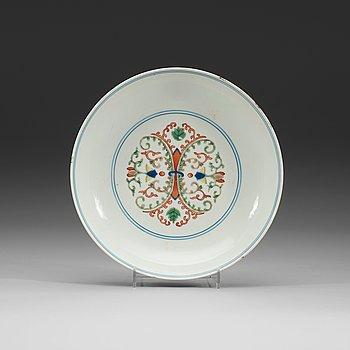13. SKÅLFAT, porslin. Qing dynastin (1644-1912)  med Qianlongs sigillmärke.