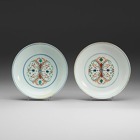 A pair of wucai dishes, qing dynasty (1644-1912) with qianlongs and daoguang sealmarks.