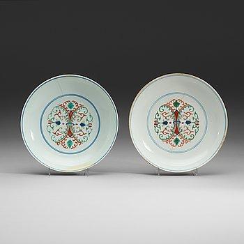 12. SKÅLFAT, två stycken, porslin. Qing dynastin (1644-1912) med Qianlong respektive Daoguang sigillmärken.