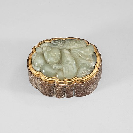 A partly gilded metal box with cover, mounted with a carved pale celadon nephrite plaque. late qing dynasty (1644-1912).