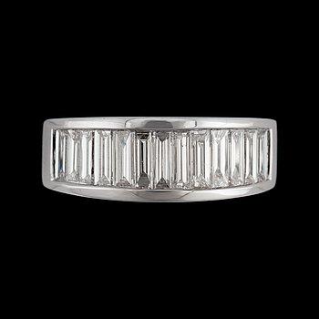 7. RING med baguetteslipade diamanter totalt ca 1.20 ct. Kvalitet ca G-H/VS-SI.